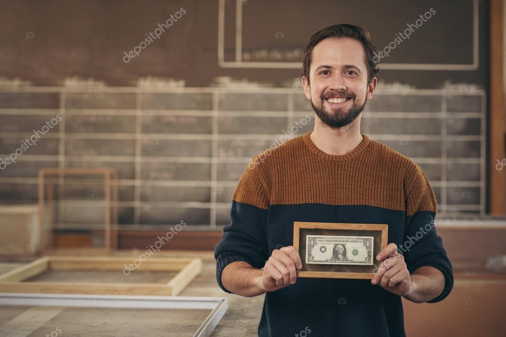 Empresario mostrando enmarcados billetes — Foto de stock ...