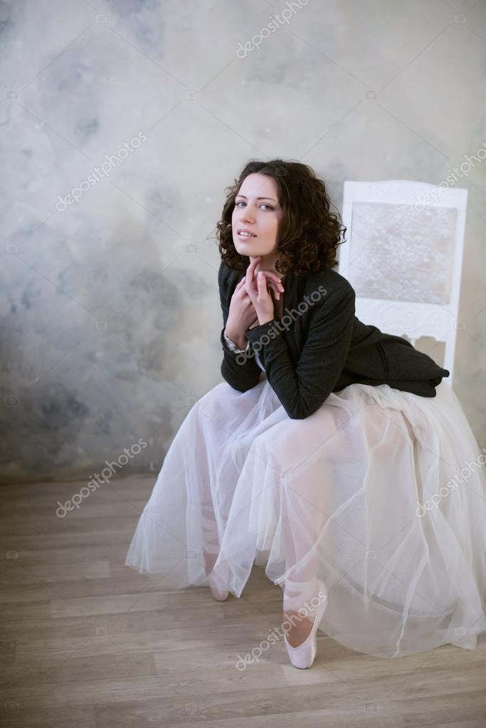 Badpak Met Rok.Ballerina In Een Wit Badpak En Lange Rok Met Een Mooi Lichaam