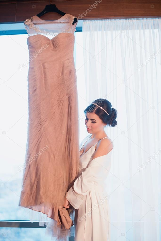 hermosa chica intenta encendido un vestido de novia color rosa
