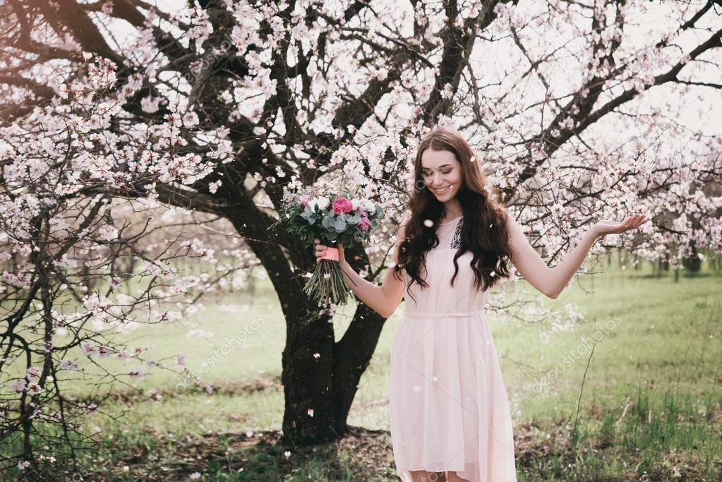 есть фото реклама фотосессии около цветущих деревьев фото ваших героев