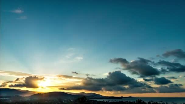 Západ slunce na tropickém ostrově. 4k time-lapse