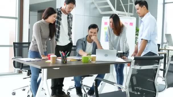Vielfältigkeit multiethnische Gruppe von Geschäftsleuten, die sich im Konferenzraum Brainstorming mit Geschäftsdiagramm, Diagramm, Dateninformationen treffen. Teamwork kollaborieren Geschäftsteamtreffen gemeinsam Vertrauenspartner