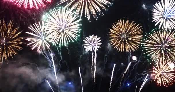 Színes élénk tűzijáték ünnepli évforduló boldog új évet 2022, július 4-én ünnep fesztivál. színes tűzijáték az éjszaka, hogy megünnepeljük a nemzeti ünnep. visszaszámlálás új év 2022 party time
