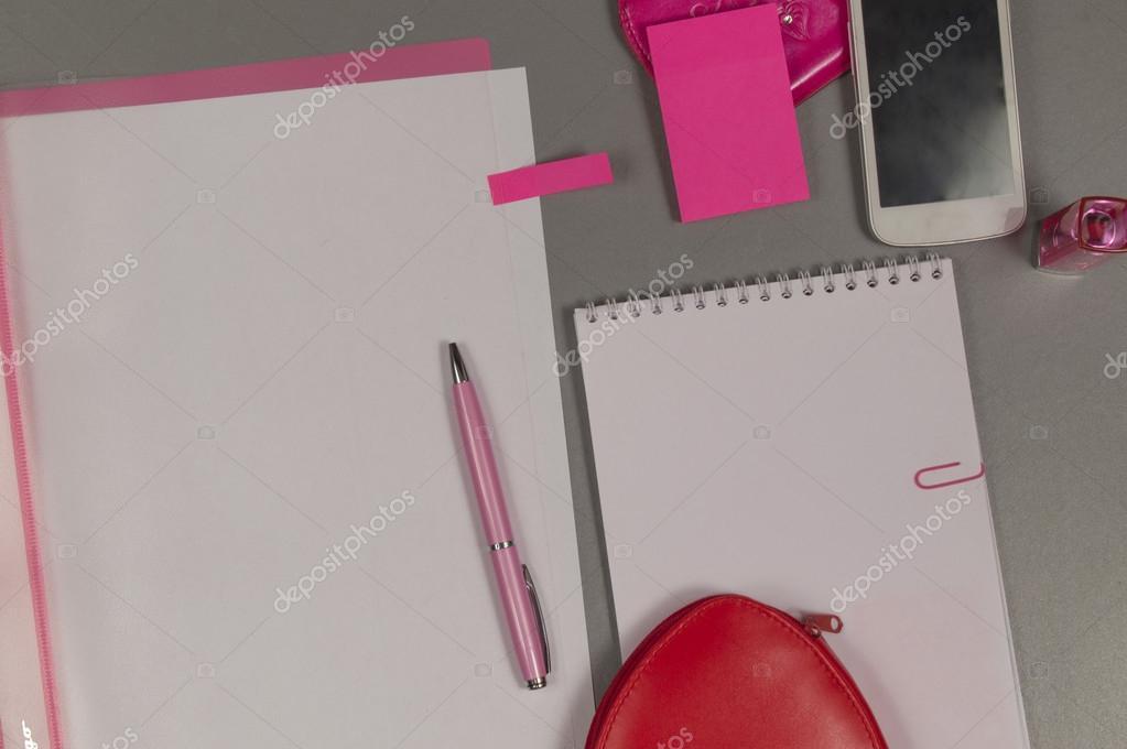Printemps l amour nature morte d objets roses sur le bureau