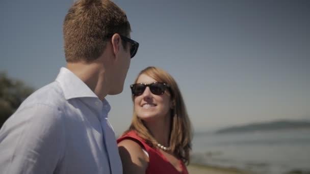 pár keres egymást a strandon