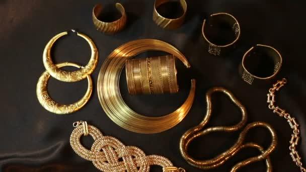 Sada nádherných orientálních zlatých šperků (indický, arabský, africký, egyptský)