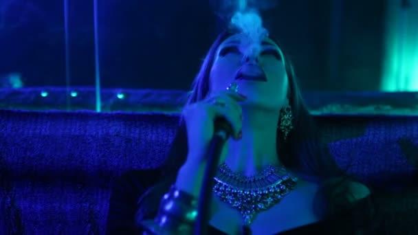 Nacht Party, Nachtleben. Schöne Sexy Frau entspannen Sie sich in der Chill-Out in einem Nachtclub
