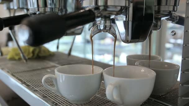 Barista teszi két kávét a kávézóban