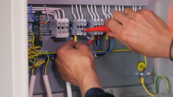 tovární dělník připojování elektrických vodičů