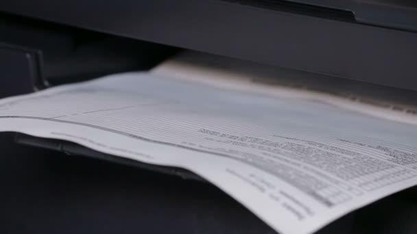 Tiskárna v akci. Kancelářské papíry