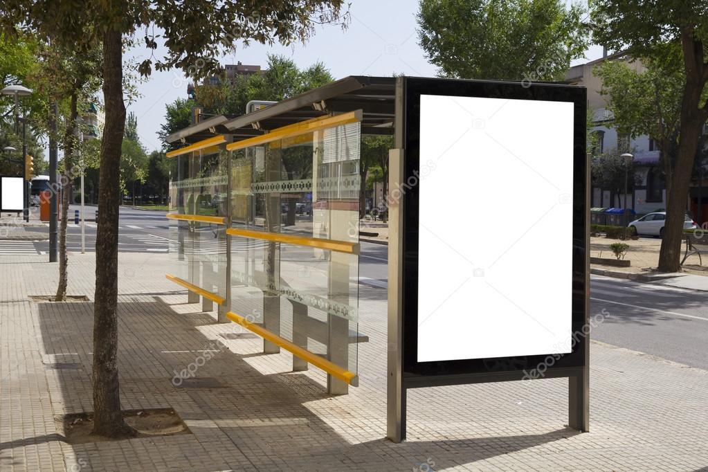 panneau d 39 affichage vide dans un arr t de bus pour la publicit dans la rue photographie. Black Bedroom Furniture Sets. Home Design Ideas