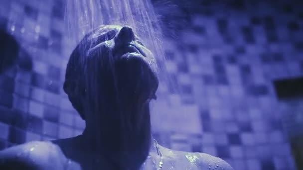 Muž má sprchu
