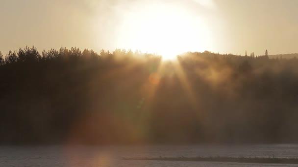 a hajnal, a folyó, a köd