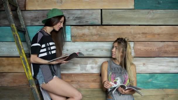 dvě dívky čtení módní časopis