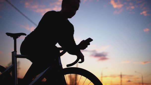 Muž na koni, kole a textových zpráv na mobilní telefon.
