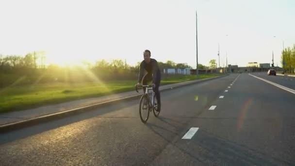 Ember lovaglás rögzített hálót kerékpár úton a naplemente