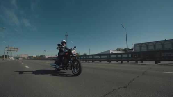 Obchodní muž na motorce ve městě
