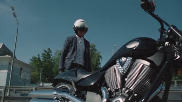 Obchodní motorkář dostane na motorce