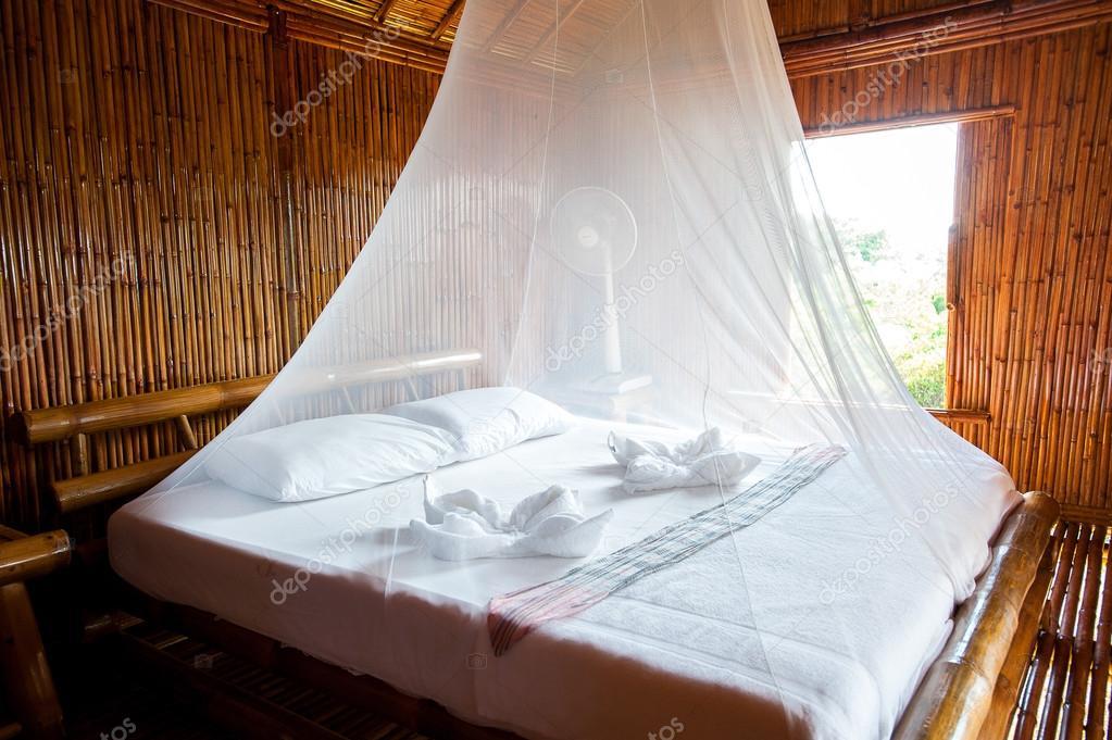 Landhausstil Schlafzimmer mit Himmelbett, Bambus verziert. Sehr pop ...