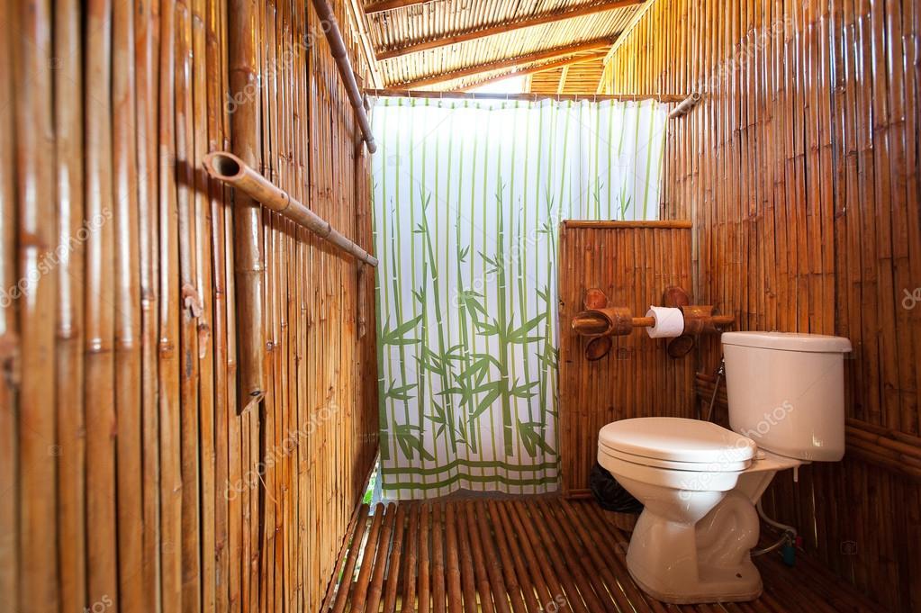 badkamer bamboe met metselwerk douchecabine en bad — Stockfoto ...