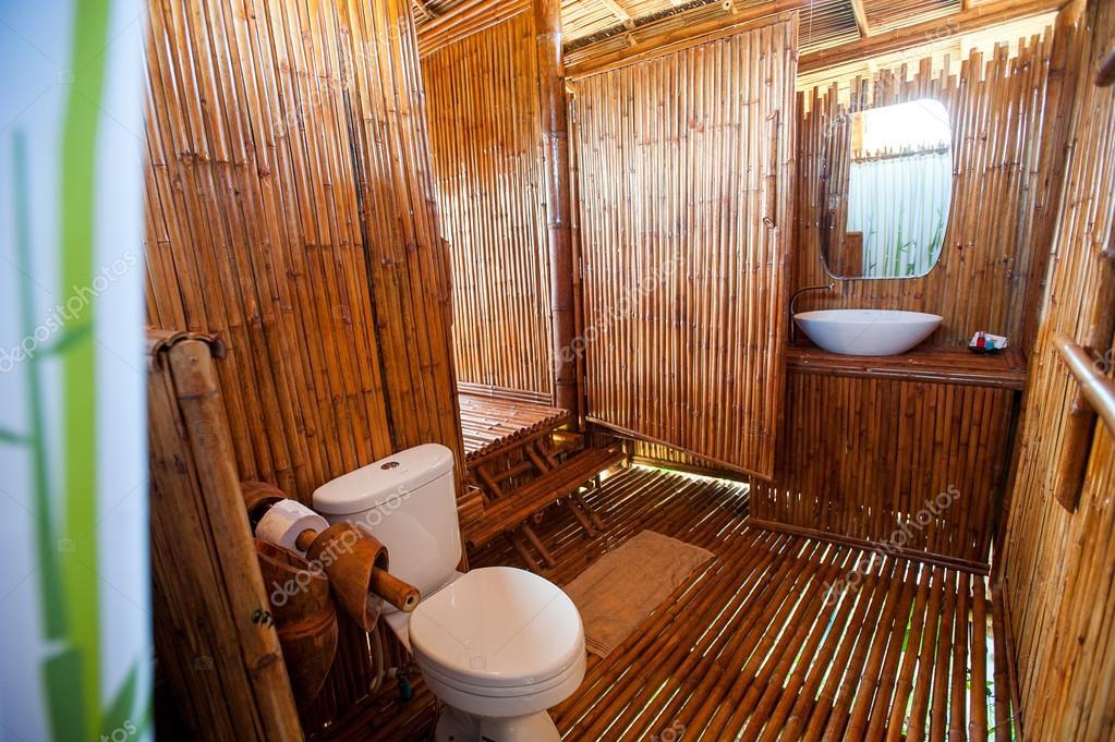 bad bambus mit mauerwerk-duschkabine und badewanne — stockfoto, Hause ideen