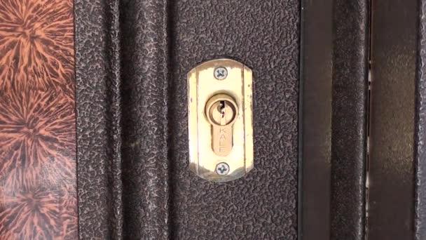Apertura serratura porta con chiavi