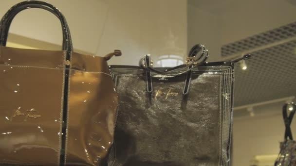 Dámské kabelky v prodeji v obchodě s oděvy