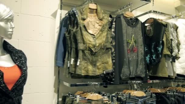 Šaty na ramínka na oblečení Shop