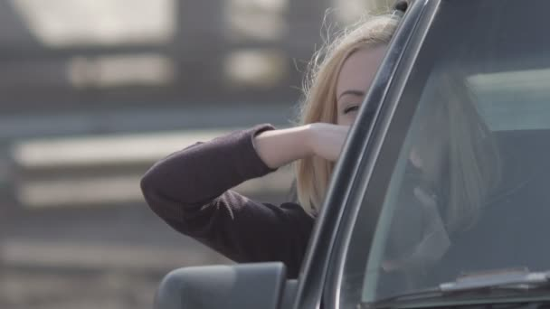 Blonde Mädchen fotografieren aus Fenster mit Profikamera im Oldtimer