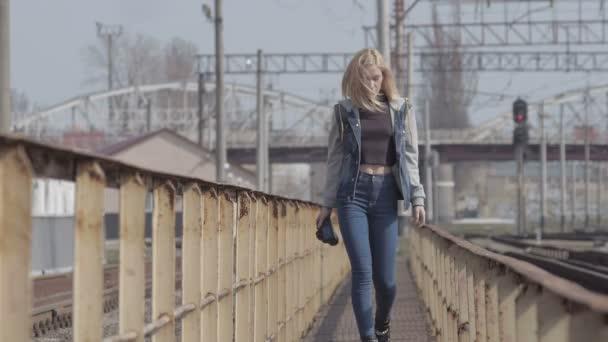 Mädchen-Fotograf zu Fuß auf die Bahn und nimmt Bilder wie paparazzi