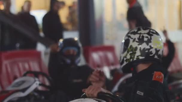 Oděsa, Ukrajina - 7 říjen 2015: Zblízka motokároví jezdci na motokárách konkurence