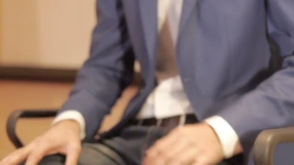 Detailní záběr podnikatel dělat gesta rukou