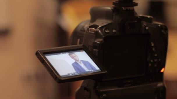 Obchodní muž rozhovor do fotoaparátu