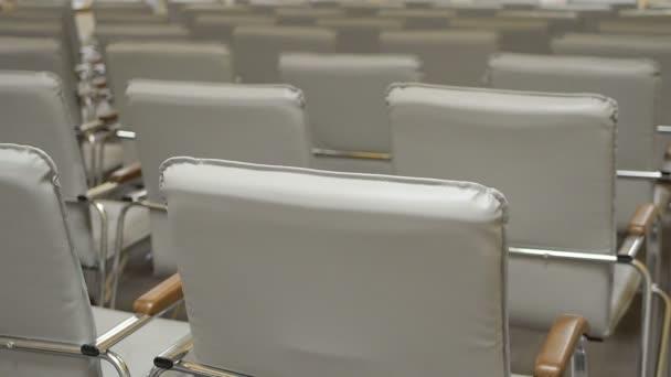 Posunout pohled prázdný konferenční sál s pohodlnými sedadly