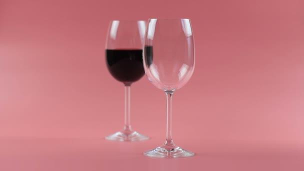 červené víno nalité do skla