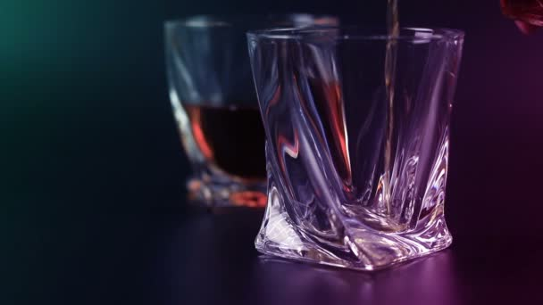 Öntés egy scotch whisky üveg