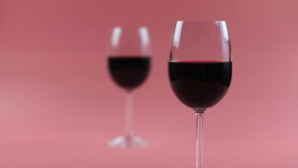 červené víno ve skle