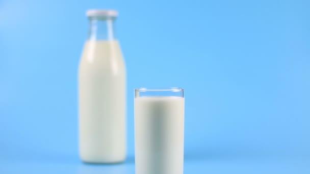 láhev mléka a sklenici mléka