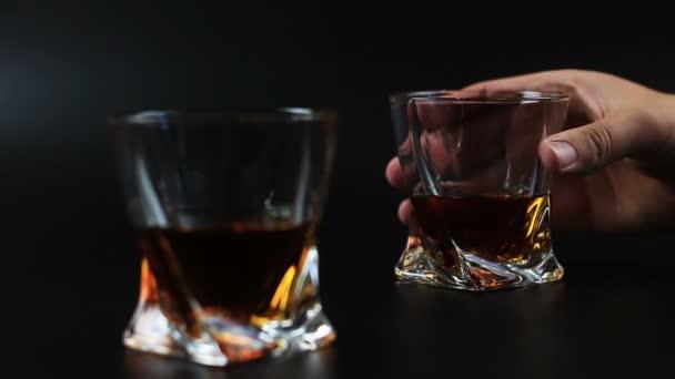 Whisky is töltött egy pohárba ellen