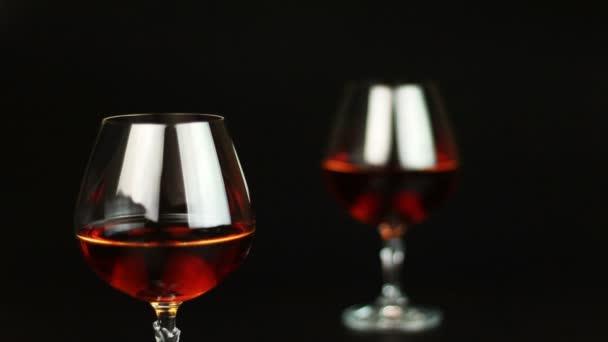 pohár pálinkát felett fekete háttér