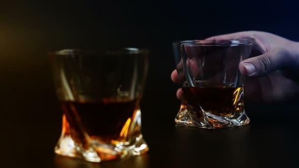 Mans ivóvíz whiskey-fekete háttér
