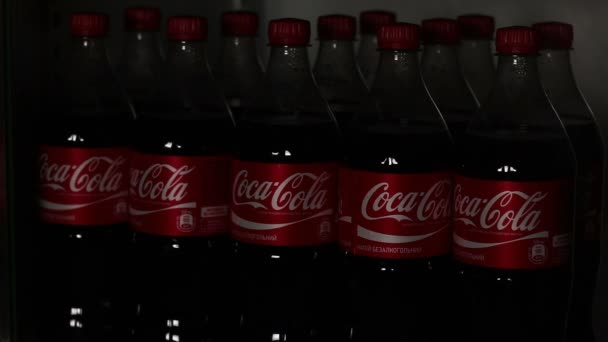 Kühlschrank Coca Cola : Coca cola im kühlschrank. im shop lichter eingeschaltet wird in