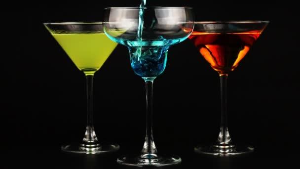 Weinglas herein blau Cocktail. Drei Gläser verschiedene Cocktails Rand auf schwarzem Hintergrund