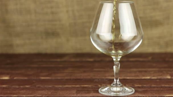 Brandy is töltött egy pohárba a fából készült asztal