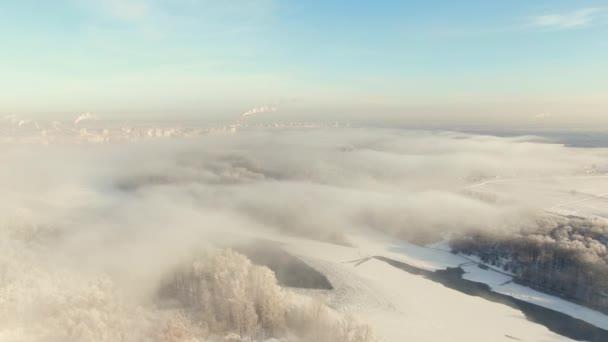 Luftaufnahme der Stadt. Winterzeit. Drohnenflug über tief hängenden Wolken.