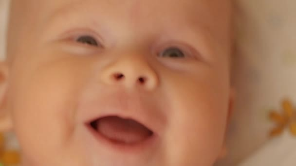 dětské úsměvy v posteli