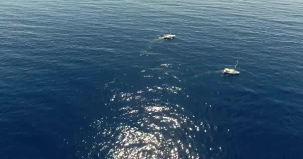 lodě v hluboké a modré moře