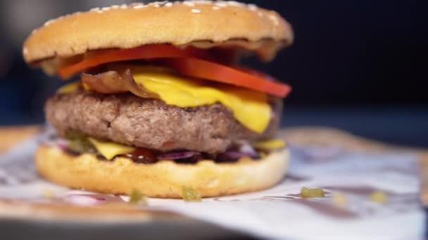 čerstvě připravené cheeseburger