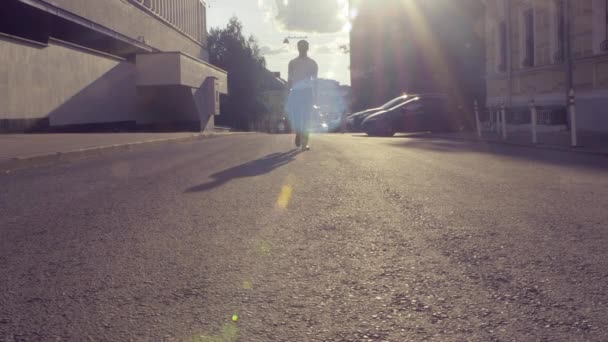 Muž na opuštěné ulici