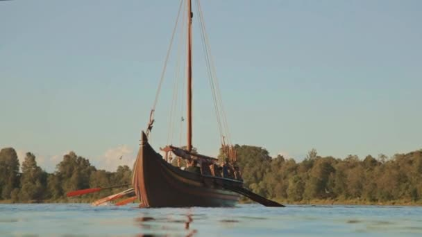 Drakar člun na řece. Viking dračí loď
